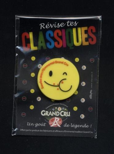 Badge Révise tes Classiques Souriez avec l´Emmental GRAND CRU Label Rouge