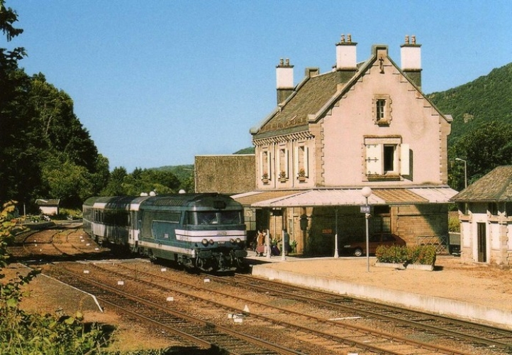 RU 0526 - Train le Thermal - loco BB 67567 en gare - VIC SUR CERE - 15 - SNCF -