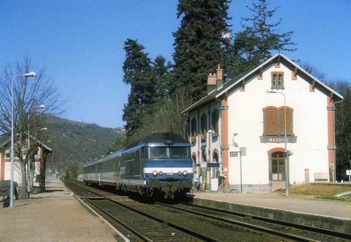 RU 0527 - Train l' Aubrac, loco BB 67490 en gare - MASSIAC - 15 - SNCF -