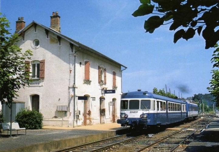 RU 0528 - Autorail X 2879 en gare - MAURS - 15 - SNCF -