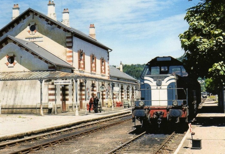 RU 0530 - Train  loco BB 66250 en gare - BORT LES ORGUES - 19 - SNCF -