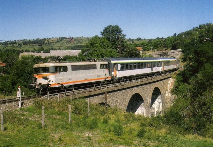 RU 0348 - Train l´Aubrac - loco BB 9619 sur le viaduc du Sailhant - ANDELAT - Cantal - SNCF