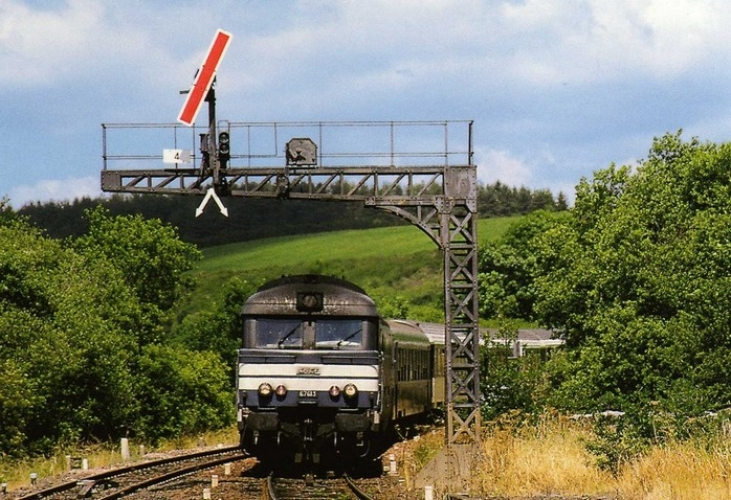 RU 0336 - Train le Ventadour - loco BB 67613 entrant en gare - PONTGIBAUD - 63 - SNCF