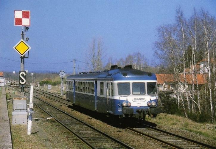 RU 0339 - Autorail X 2850 quittant la gare - VOLVIC - 63 - SNCF