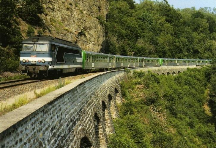 RU 0454 - Train - loco BB 67463 dans les Gorges de la Clidane - SAINT-SULPICE - 63 - SNCF