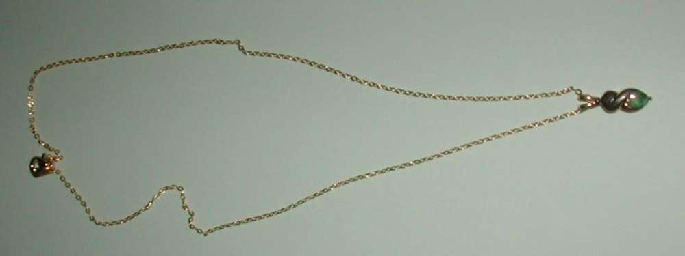 Collier plaqué or avec pierre couleur verte en pendentif