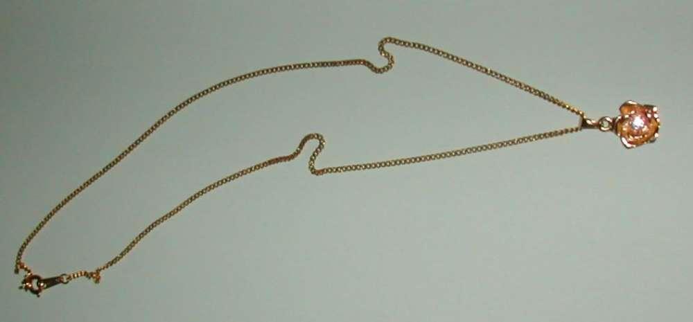 Collier plaqué or avec pendentif fleur et petite pierre