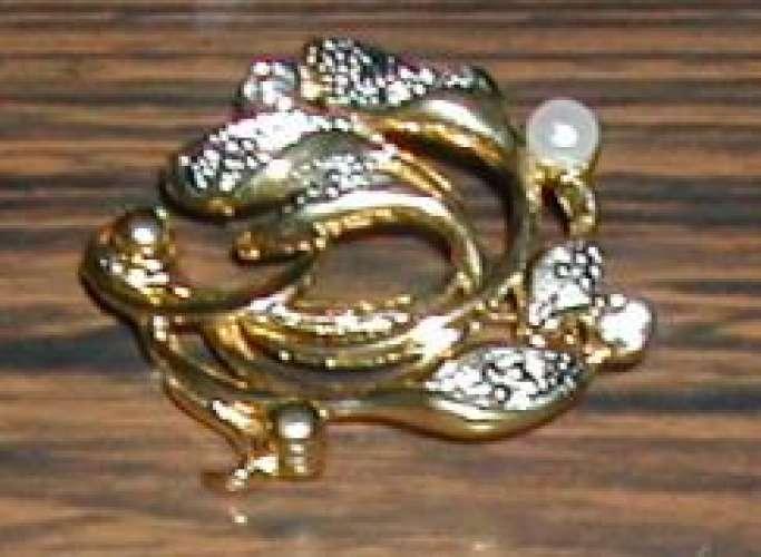 Broche plaqué or avec pierres incrustées et épingle