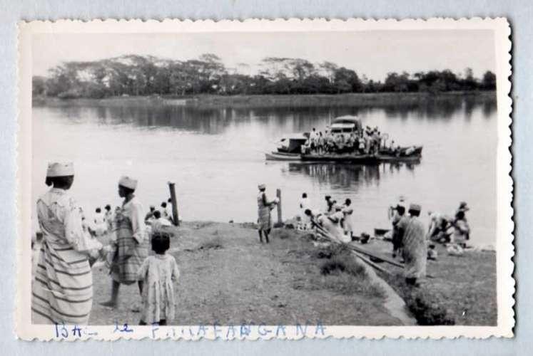 Madagascar - Farafangana - Bac ( transport fluvial )
