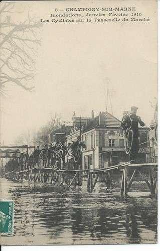 CPA - 94 - Champigny-sur-Marne - Inondations 1910 - Cyclistes sur Passerelle du Marché - Dos scanné