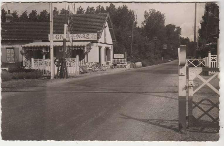 76 Saint-Etienne-du-Rouvray Café de la Gare Maison Brunot ( passage à niveau )