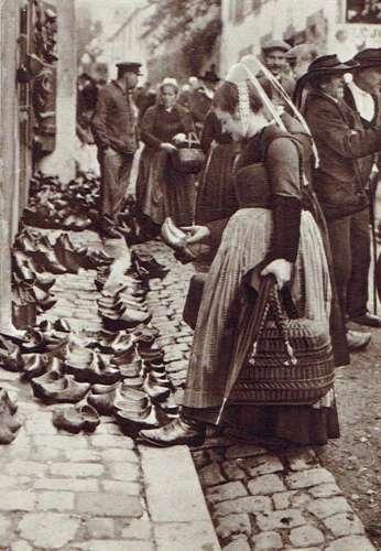 BRETAGNE d'hier : Le marché aux sabots vers 1925 - 17 x 12 cm