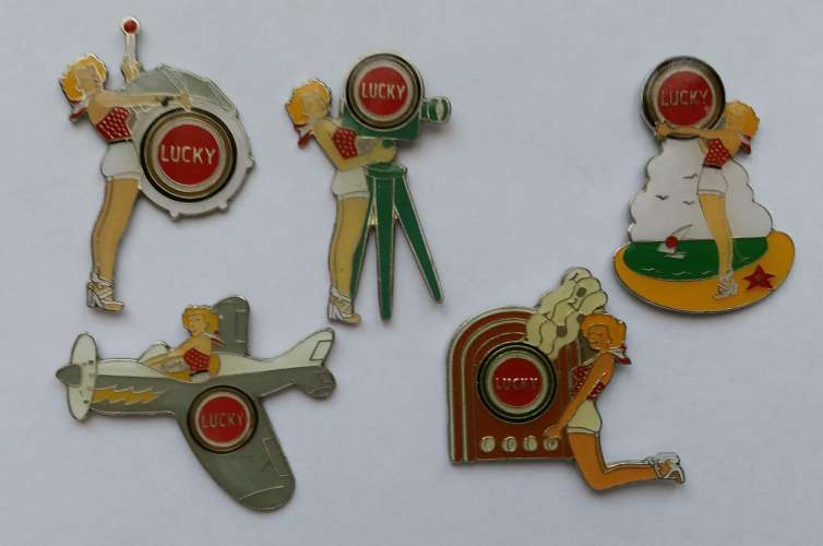 Lot de 5 pin's Cigarettes Tabac Lucky Strike - Avion - TSF - Pin-up - Vendu au profit du site