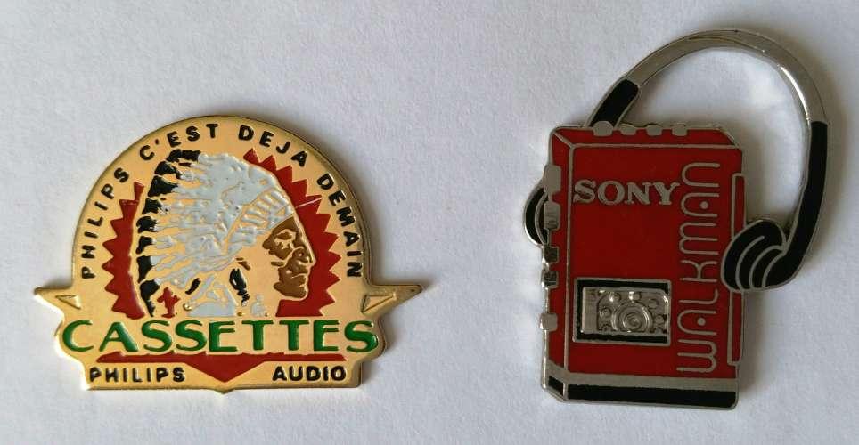 Lot de 2 pin's - Vintage - Walkmann Sony et Cassettes audio Philips - Vendu au profit du site