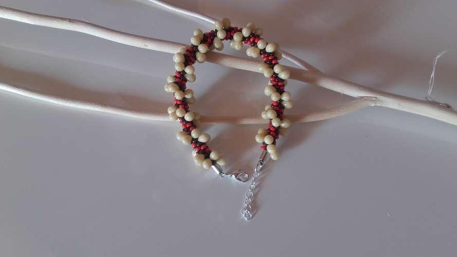 Bracelet de couleur rouge et ivoire