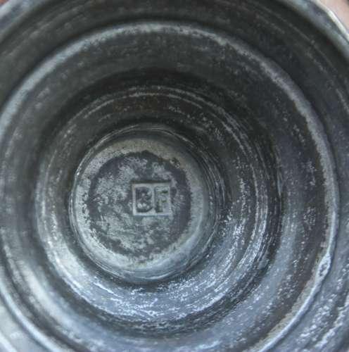 Vase soliflore en étain longueur 19 cm poids 260 g  marque écrite : B F (?)