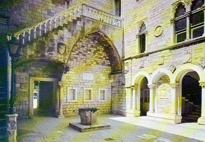 TROGIR : Cour du Palais municipal