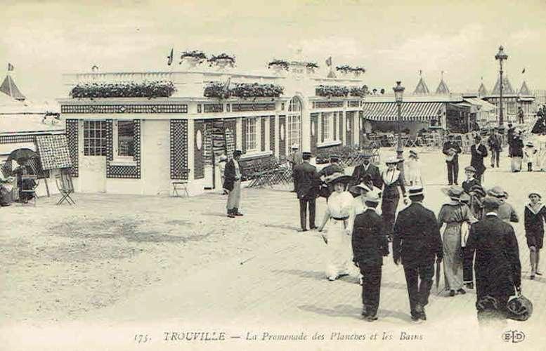 CPA  TROUVILLE-sur-MER : Promenade des Planches et les Bains