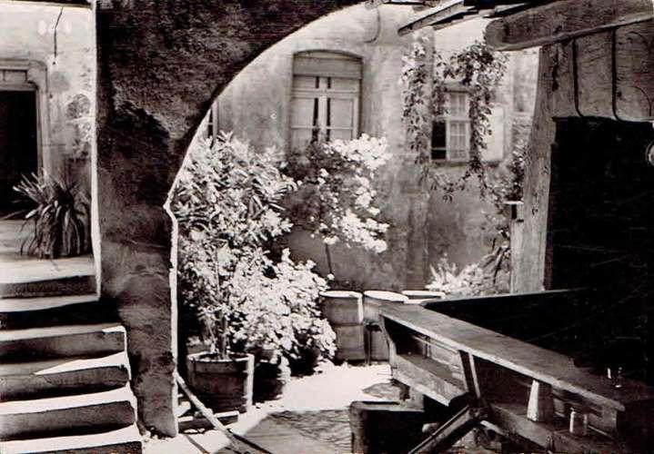 RIQUEWIHR : Cour et vieux Pressoir de la Maison du Cerf - Photo véritable