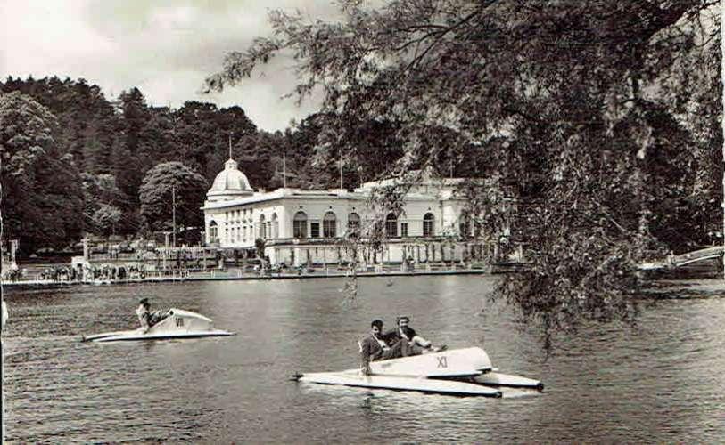 CPSM  BAGNOLES-de-L'ORNE : Le Casino du Lac et les Pédalos - Photo véritable
