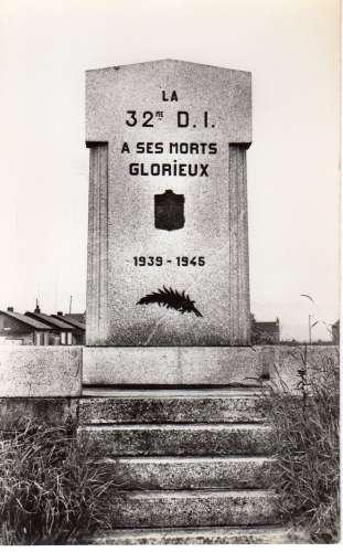 Téteghem le monument 1940/45 ( de la 32è DI , baraquements